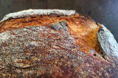 Surdejsbrød med chiafrø holder sig friskt meget længere end almindeligt surdejsbrød. Krummen bliver let og saftig, mens skorpen får den lækreste sprødhed.