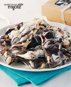 This Chocolate Marble Bark is twice as nice - made with semi-sweet chocolate and white chocolate, this festive favourite is perfect for gift-giving. Chocolate Cake Frosting, Chocolate Cake With Coffee, Chocolate Covered Fruit, Chocolate Chip Cookie Bars, Chocolate Bark, Chocolate Muffins, Chocolate Recipes, Marble Chocolate, Cake Mix Cookies
