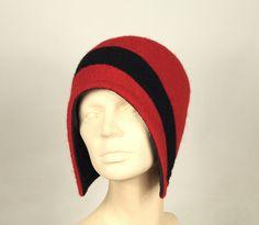Mütze aus rotem und schwarzem Walkloden von Sirkka Design Hüte auf DaWanda.com