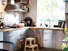 Moderne Küche mit GREVSTA Fronten in Edelstahl und freistehendem ...