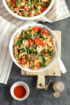 Pasta with bacon and mushrooms - Lecker - Makaron Good Food, Yummy Food, Bacon Pasta, Pasta Salad Recipes, Feta, Cucumber, Stuffed Mushrooms, Curry, Food And Drink