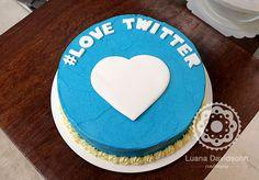Bolo Twitter com hashtag e cobertura lisa azul da cor da logomarca.