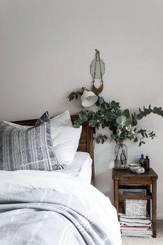 ベッドルームにグリーンを置いてみませんか?ユーカリならアロマ効果もあります。朝の陽ざしが、澄んだ空気と植物に降り注いだらそっと深呼吸したくなります。