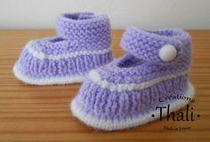Un petit modèle de chaussons avec une forme de soulier, assez proche des Babies, une forme ouverte sur le dessus et une fermeture par une bride au niveau de la cheville.