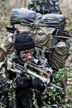 Parachute Dragoon Regiment (French Special Forces) /* sometimes in the… Military Special Forces, Military Police, Military Weapons, Military Photos, Military History, French Armed Forces, French Foreign Legion, Special Ops, War Photography