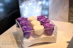 Cette composition florale est composée de 9 roses stabilisées ou éternelles dans ce joli vase carré pouvant agrémenter la décoration dans un salon, une entrée ... Pour apporter une touche de douceur dans votre intérieur, le violet s'installe parfaitement dans chacune des pièces pour ravir et créer un cocon d'intimité ! Associé à un brin de blanc, le violet est idéal pour une ambiance cosy et dynamique dans votre maison