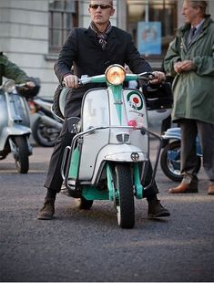 Mod Retro Scooter, Lambretta Scooter, Vespa Scooters, Vintage Vespa, Mod Fashion, Vintage Fashion, Retro Roller, Tailor Made Suits, Mod Look