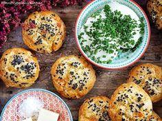 Sýrovo-cibulové bulky Czech Recipes, Crackers, Hamburger, Muffin, Food And Drink, Pizza, Bread, Breakfast, Blog