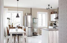 Keittiön ja ruokatilan ympäriltä purettiin remontissa yhteensä kolme seinää, jotta tilasta saatiin avara ja valoisa. Ikkunoita korostamaan asennettiin puiset koristelistat, jotka maalattiin valkoisiksi.