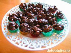 """""""Peanøttkonfekt"""" består av peanøtter (du kan bruke saltede eller usaltede), rosiner og sjokolade. Konfekten er lett å lage og smaker kjempegodt! Oppskriften gir 30 stk. Se også oppskrift på """"Peanøttsjokolade""""."""