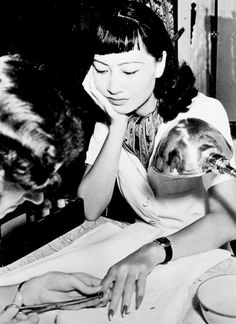 Anna May Wong getting her nails did!