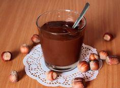 Con pochissimi ingredienti è possibile preparare una deliziosa crema spalmabile light alle nocciole che piacerà a tutti.