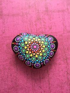 Alle Flüsse Steine sind Hand gepflückt von mir für ihre einzigartige Größe, Form und Eigenschaften. Fluss Steine zu Fuß ist die Hälfte der Genuss! Nachdem jeder Stein sorgfältig ausgewählt ist, ist es dann Hand mit hochwertigen Acrylfarben bemalt und Matt versiegelt für Haltbarkeit. Jeder Stein ist signiert, datiert, und kommt zu Ihnen mit einer Drossel des Glücks. Es ist meine Hoffnung, die jeder Stein, die ich mit Liebe und Freude malen gleich zu Ihnen bringen wird. Namaste!  Flusskiesel…