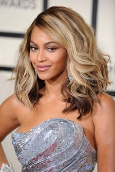 February 2008 A few months later the highlights were back, as she wore her hair in a wavy, shoulder-length style for the Grammys in Los Angeles.