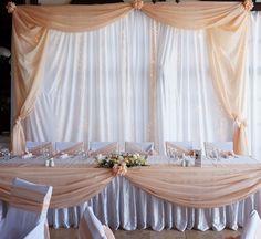 Háttérdekoráció és esküvői főasztal világos barack színben. Wedding Table, Wedding Day, Wedding Decorations, Table Decorations, Wedding Balloons, Communion, Beautiful Day, Tablescapes, Table Settings