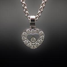 à vendre : 2200€ Collier Pendentif Chopard Happy Diamonds Or gris 18k Diamants . en or gris 18 carats massif  N°Série : 2691330  avec coeur diamants et diamant mobile soit 0.25 carat au total qualité F-VVS  Largeur du motif  : 10 mm  Longueur totale : 42 cm  poids brut  : 12.20 gr  Bijou signé et numéroté , en état neuf Boite et papiers d'origine Révision Chopard 2015  Vendu avec facture Prix Neuf : 3330€