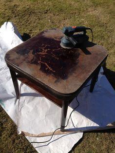 Kaatopaikkakuormasta pelastettu vanha pöytä