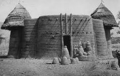 Traditional earthen roundhouse, Tamberma region of Togo and Benin - Africa Religious Architecture, Ancient Architecture, Cultural Architecture, Interesting Buildings, Beautiful Buildings, African Hut, Vernacular Architecture, African History, African Culture