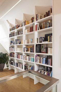 Ser Wohnzimmereinbau Im Dachgeschoss Ist Unter Einer Dachschräge Eingelassen Der Bücherschrank Verfügt über Eine Sitznische