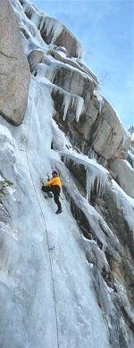 INITIATION À LA CASCADE DE GLACE : 5 SPOTS POUR DÉBUTER  L'escalade de cascades de glace est un sport relativement nouveau qui procure des sensations inégalables. Seul contre les éléments, le grimpeur se met au défi d'escalader une cascade gelée à l'aide