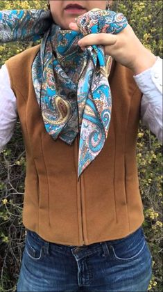 How To Tie The Buckaroo Square Knot by Flat Hat Rags girl Amanda Stinemetze Ways To Tie Scarves, Ways To Wear A Scarf, How To Wear Scarves, Cowgirl Outfits, Western Outfits, Western Wear, Cowgirl Chic, Cowgirl Style, Looks Country