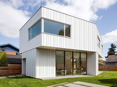Image 10 of 16 from gallery of Pavilion House / Waechter Architecture. Photograph by Waechter Architecture Homes In Portland Oregon, Portland House, Aluminium Cladding, Dining Table Design, Facade Architecture, White Houses, Glass House, Pavilion, House Styles