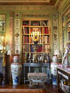 An advocate of mixing styles to suit one's own taste, Slatkin combined a pair of Italian console tables with Chinese export porcelain birds and a French athénienne candelabrum topped by a gilt-bronze pineapple. Deco Boheme, Built In Bookcase, Bookcases, Library Bookshelves, Bookcase Styling, Interior Decorating, Interior Design, Stylish Interior, Interior Styling