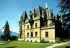 Castle Hünegg Hilterfingen - The castle on Lake Thun stands in a delightful park surrounded by venerable old trees. Lake Thun, Old Trees, Lugano, Castles, Switzerland, Places To Visit, Mansions, Palaces, Architecture