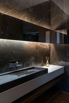 The Edge House by Studio Omerta --- 1-ambiente monocromático marron oscuro 2-sanitarios en blanco 3-detalles en negro