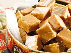 Maak sowat 30 blokkies Bereiding: 15 minute Gaarmaaktyd: minute stoltyd: 4 uur 1 kg. Kos, Fudge Recipes, Dessert Recipes, Desserts, Candy Recipes, South African Recipes, South African Fudge Recipe, Homemade Sweets, Food Inspiration