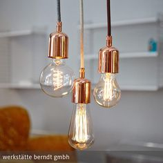Ein Hauch von Luxus und trotzdem nicht pompös – so reduziert präsentieren sich die Leuchtenpendel mit massiver Kupferbeschichtung und schaffen zugleich …