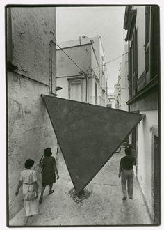deseopolis:  effettobeaubourg: Mauro Staccioli 'Triangolo', laterizi, ferro e cemento