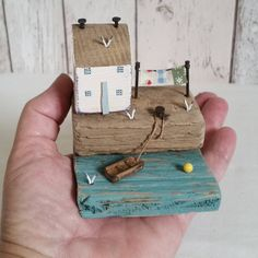 No photo description available. Beach Crafts, Fun Crafts, Diy And Crafts, Arts And Crafts, Small Wooden House, Wooden Cottage, Wooden Houses, Driftwood Sculpture, Driftwood Art