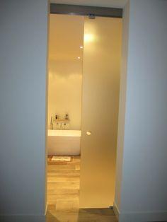 Chique badkamer afgesloten met glazen schuifdeur Olaf, uitgevoerd in satijnglas voor extra privacy. Vanaf € 429,00 via Glazz.nl.