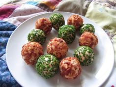 mini cheese balls - would be fun for appetizers for a party or Christmas Dinner! Mini Appetizers, Appetizer Salads, Appetizer Recipes, Snack Recipes, Christmas Appetizers, Healthy Appetizers, Healthy Meals, Yummy Snacks, Yummy Food