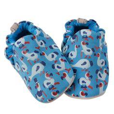Τα παπουτσάκια Poco Nido είναι η τέλεια λύση για τα πρώτα βήματα του βρέφους.  Είναι ελαφριά και ταυτόχρονα προσφέρουν φυσική προστασία.  Βοηθούν το παιδί να έχει άμεση επαφή με το έδαφος.  Τα παπουτσάκια είναι ζωγραφισμένα στο χέρι από μη τοξικά υλικά.  Έχει suede πάτο ώστ Baby Shoes, Babies, Kids, Clothes, Fashion, Young Children, Outfits, Moda, Babys