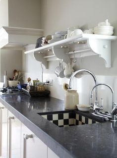 Woonmagazine - like the old style wooden shelf over the sink Kitchen Interior, New Kitchen, Kitchen Dining, Kitchen Decor, Painted Cottage, Wooden Shelves, Cool Kitchens, Home And Living, Sweet Home