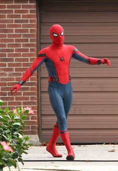 More pics of Tom Holland on the Spider-Man: Homecoming set. September 2016 in Queens. Spiderman Lego, The New Spiderman, Spiderman Costume, Amazing Spiderman, Batman, Spiderman Homecoming Suit, Homecoming Suits, Tom Holland Peter Parker, Marvel Characters