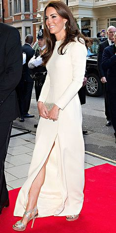 Kate looks simply stunning as the true beauty that she is in this cream-colored Roland Mouret dress.