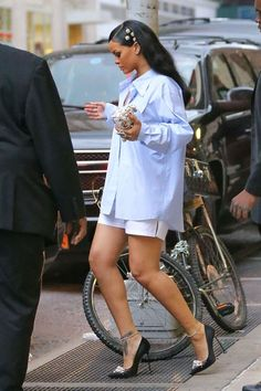 Rihanna, without any doubt is one of the most admired fashion icon. She can pull off pretty much ANY outfit. She can make the crappiest of outfits lo Estilo Rihanna, Mode Rihanna, Rihanna Riri, Chic Outfits, Summer Outfits, Fashion Outfits, Fashion Tips, Fashion Trends, Rihanna Street Style
