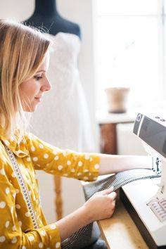 Are you planning to invest in a sewing table or need a new cutting table? Here are the 7 questions you need to ask first + the 9 best options available in 2020 Sewing Desk, Sewing Table, Sewing Rooms, Mason Jar Crafts, Mason Jar Diy, Fall Home Decor, Diy Home Decor, Sewing Machine Tables, Craft Room Design