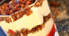 Cranachan , dessert écossais à base de granola, crème et framboises