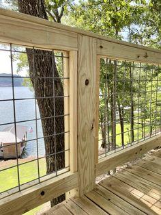 DIY Hog Wire Deck Railing Hog Wire Fence, Metal Deck Railing, Deck Railing Design, Deck Railing Ideas Diy, Cabin Decks, Balustrades, Diy Deck, Backyard Fences, Decks And Porches