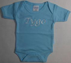 rompertje lichtblauw met naam geborduurd. http://www.borduurkoning.nl/shop/baby_textiel/rompertje