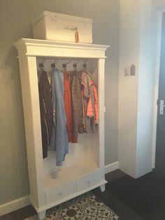 DIY boekenkast omgebouwd tot garderobekast, geverfd met Annie Sloan pure White,  muur Flexa early dew