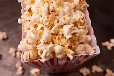 Parmigiano–Black Pepper Popcorn - This tasty popcorn combines the flavors of tangy Parmigiano-Reggiano cheese and aromatic extra-virgin olive oil with just the right amount of black-pepper bite. Popcorn Recipes, Gourmet Recipes, Healthy Dinner Recipes, Appetizer Recipes, Snack Recipes, Appetizers, Party Recipes, Cinnamon Sugar Popcorn, Tapas
