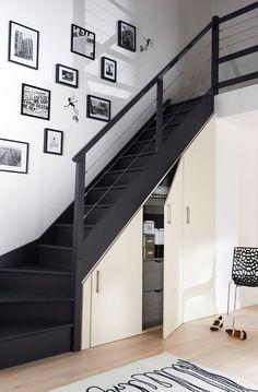 Rangement sous-escaliers Déclic. Dimensions sur-mesure jusqu?à 2,67 m en hauteur et 3,68 m en hauteur. Portes collection Rêve (panneaux épaisseur 19 mm en MDF brut à peindre) finition blanc perlé, hors poignées, à partir de 1347 euros. Lapeyre.