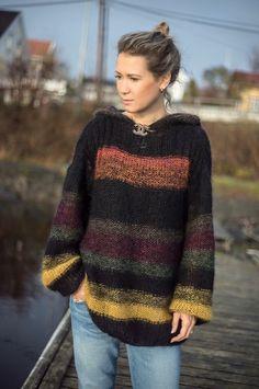 Ny genser fra Line Langmo: Lang genser med hette Knitting Wool, Hand Knitting, Knitting Patterns, Knitwear Fashion, Knit Fashion, Diy Knitting Projects, Brooklyn Tweed, Girls Jumpers, Big Knits