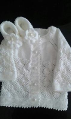 Discover thousands of images about Harika olmuş elleriniz dert göBeğenme, 228 Yorum - InsThis post was discovered by Galina Proskurova. Discover (and save!) your own Posts on Unirazi.Baby Cardigan and Shoes Joli modèle. Baby Cardigan Knitting Pattern Free, Crochet Baby Jacket, Knitted Baby Cardigan, Knit Baby Sweaters, Knitted Baby Clothes, Baby Knitting Patterns, Knitting Designs, Baby Patterns, Crochet Patterns