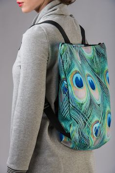 Multicolor Rucksack mit verstellbaren Riemen, Reißverschluss und Pfauenfedern-Muster. 35x48 cm. Zwei Innentaschen.    **Size/Dimensions/Weight**  35x48 cm